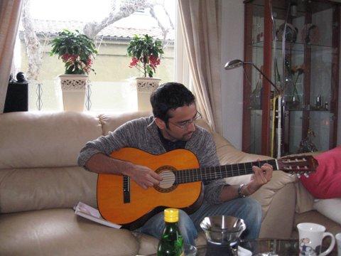 Tony på gitar.jpg